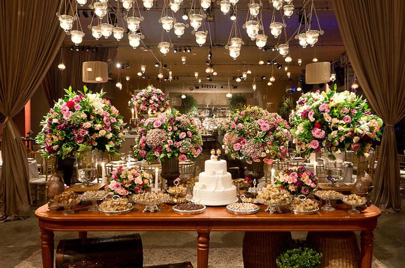 mesa de doces de casamento com velas suspensas Madame Fiori
