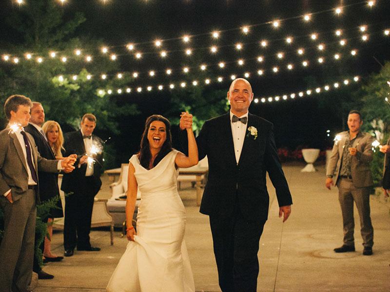 noivos em casamento com decoração em preto e branco e luzes