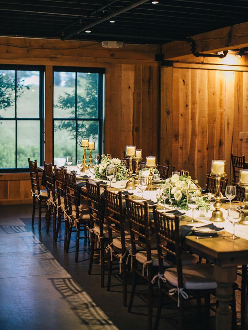 decoração mesa de convidados de casamento em preto e branco com velas