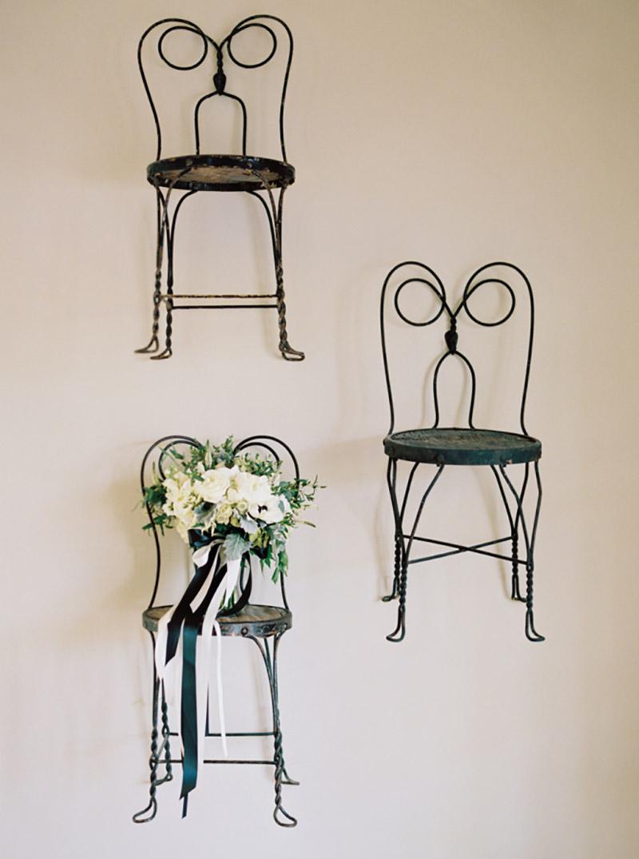 decoração de casamento rústico em preto e branco com cadeiras