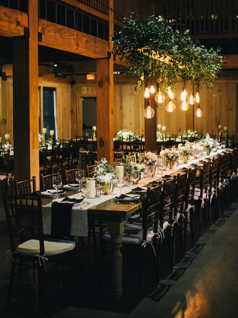 decoração de casamento rústico em preto e branco com luzes suspensas