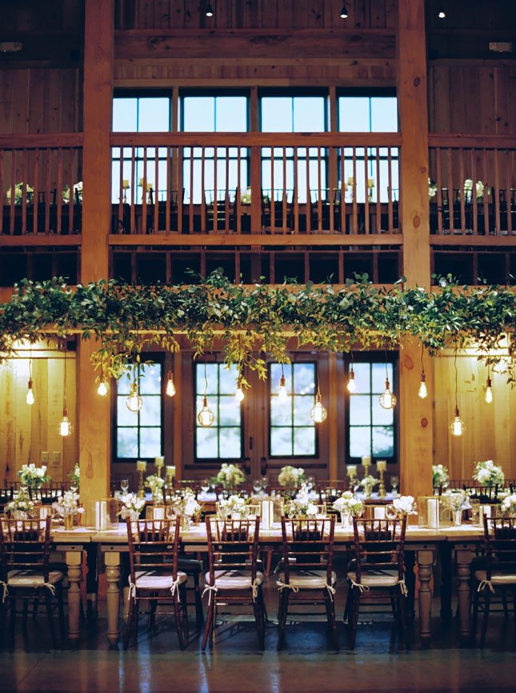 decoração de casamento rústico em preto e branco com luzes e folhagens aérea