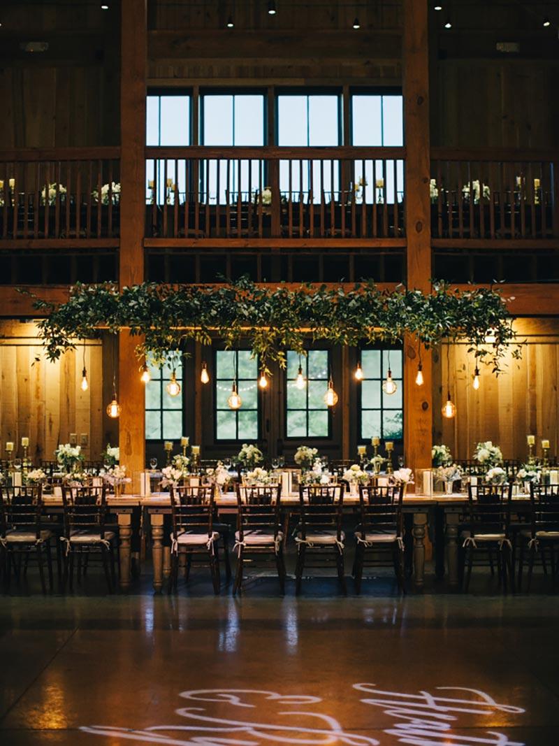 decoração de casamento em preto e branco e folhagem