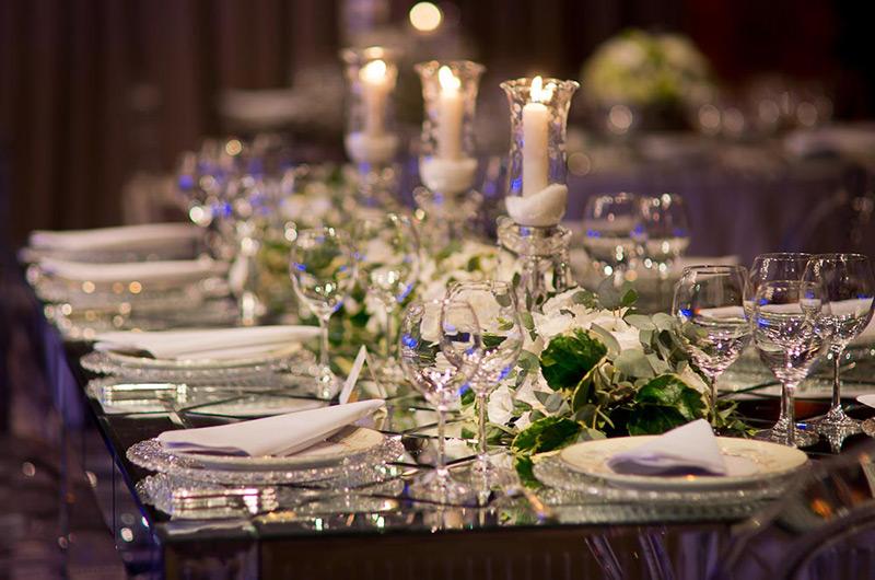 mesa de convidados com castiçal e flores Madame Fiori