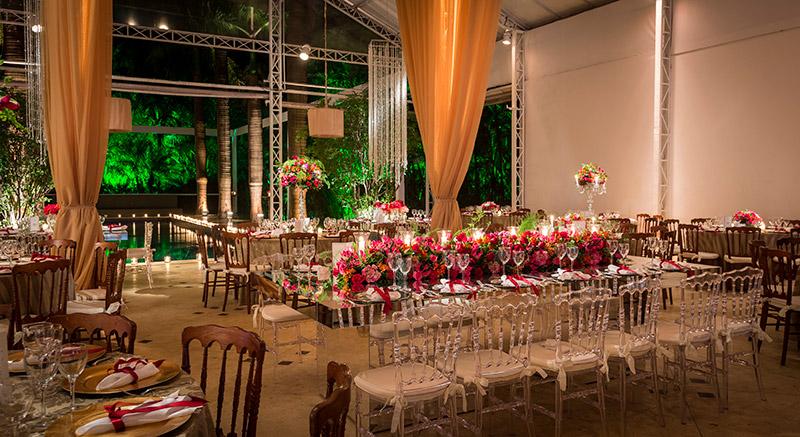 Decoração de casamento com flores vermelhas, folhagens e velas Madame Fiori