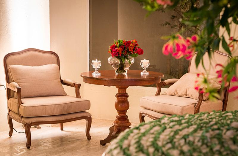 Lounge de casamento com decoração vermelha e verde Madame Fiori