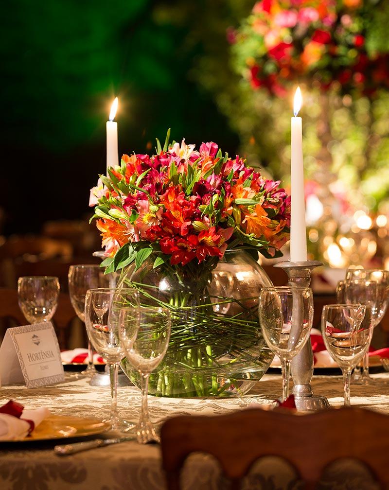 arranjo de flores vermelha e verde com velas para casamento Madame Fiori