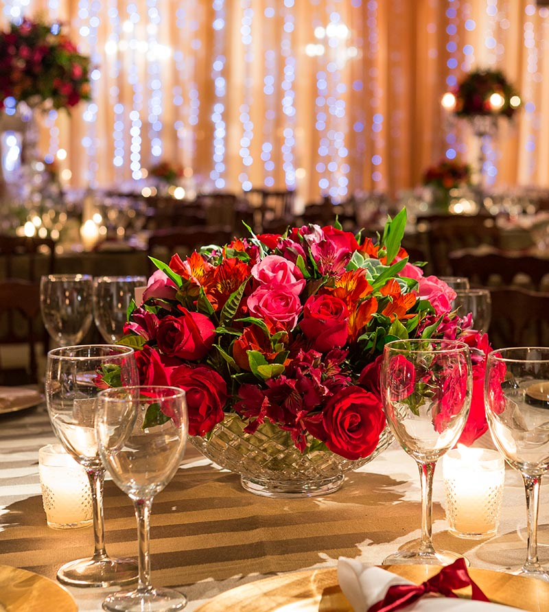 Arranjo de decoração de casamento com flores vermelhas e folhagem Madame Fiori