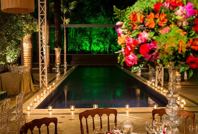 Arranjo de velas em piscina para casamento Madame Fiori