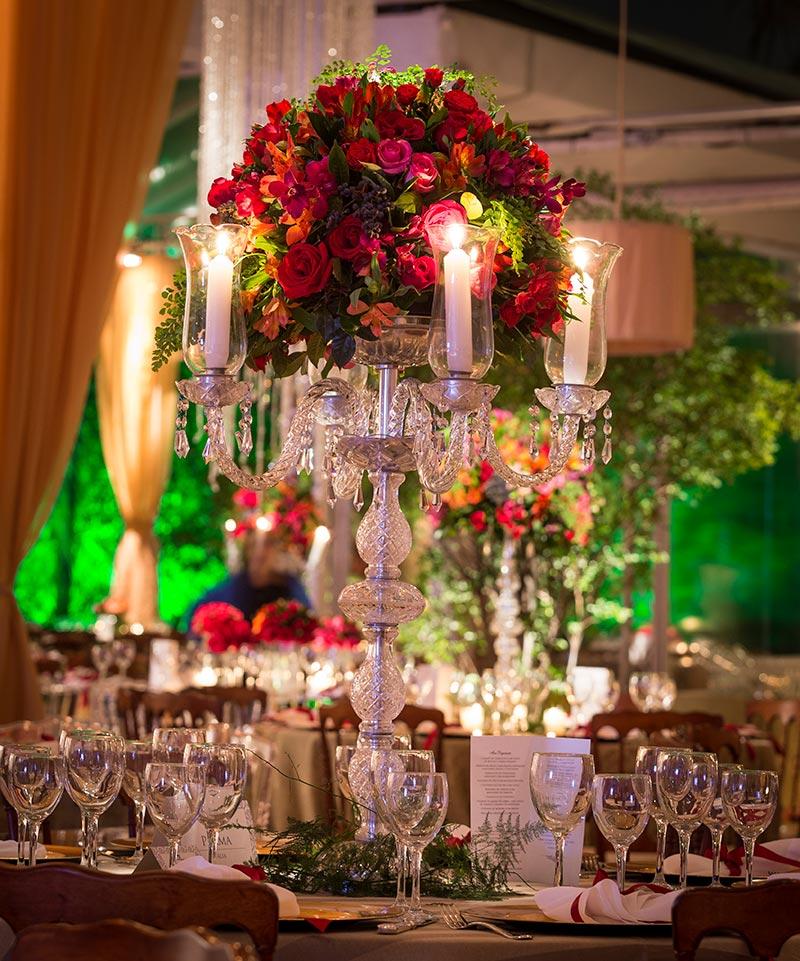 Arranjo de flores alto com velas para casamento Madame Fiori