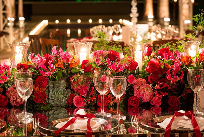 Arranjo de centro de mesa com flores vermelhas e suculentas para casamento Madame Fiori