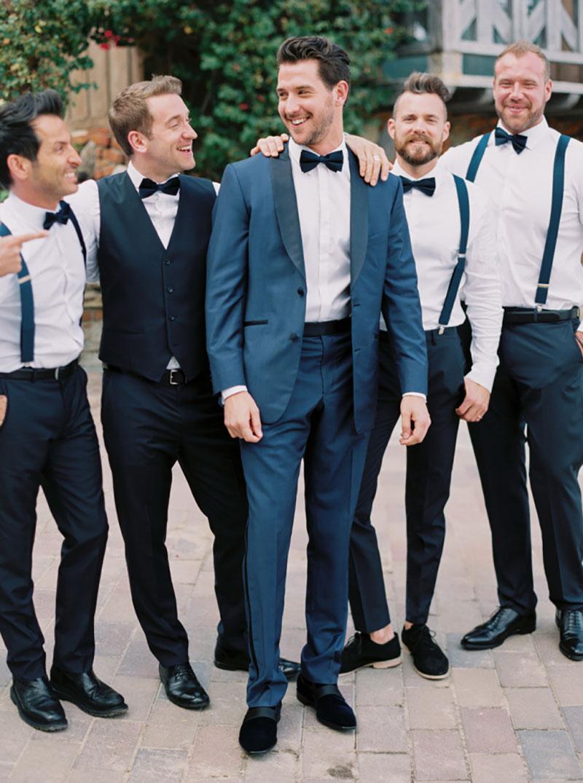 noivo e padrinhos com gravata borboleta e suspensório
