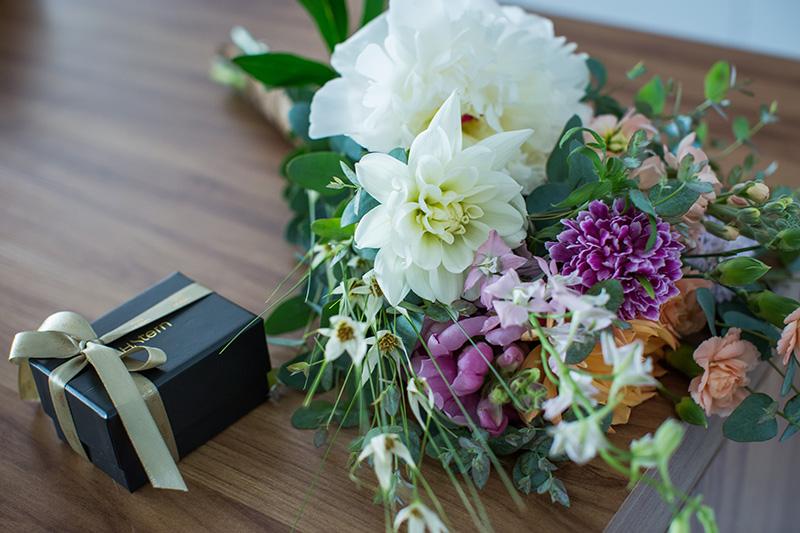 aliança de casamento e buquê