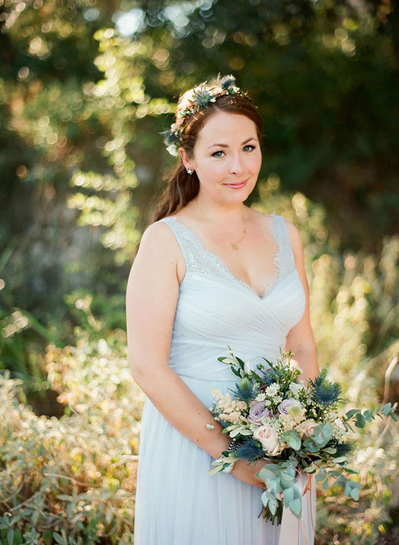 penteado com flores para madrinha de casamento