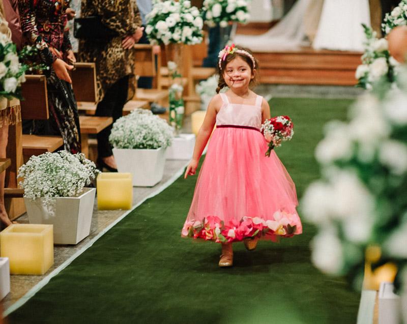 daminha de casamento com vestido rosa