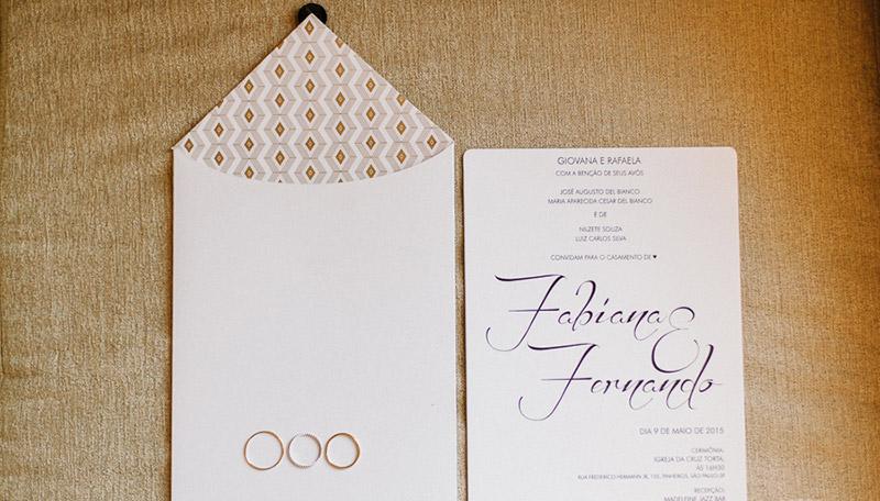 convite e alianças de casamento