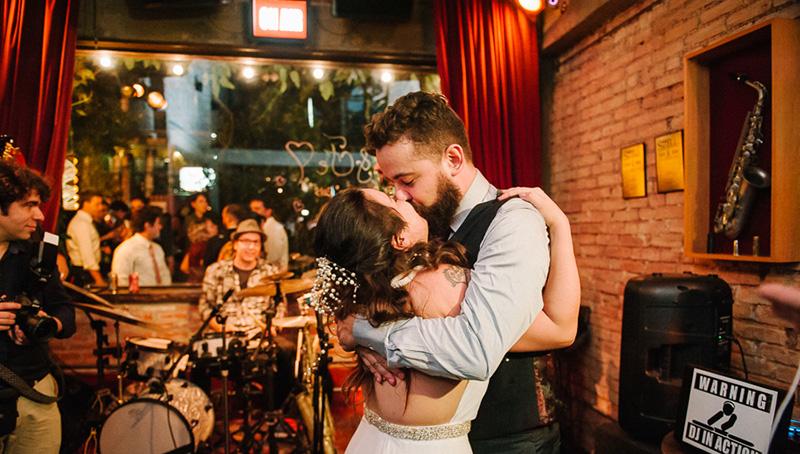 noivo e noiva em casamento moderno em sp