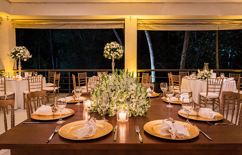 decoração de casamento clássico branco, verde e com velas
