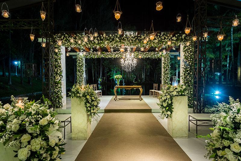 decoração de casamento clássico em verde, branco e com velas