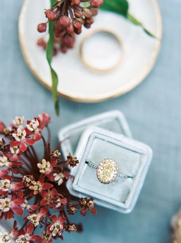 arranjo de mesa de casamento com marsala e azul