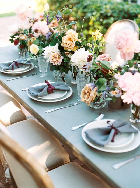 mesa de convidados com arranjo creme, branco, rosa e folhagens