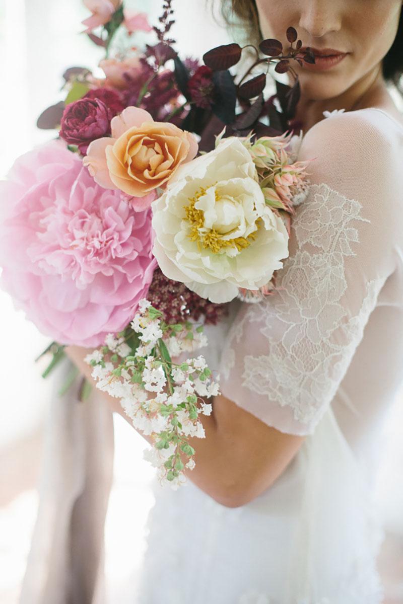 buquê de noiva com flores rosa, creme, branca e marsala