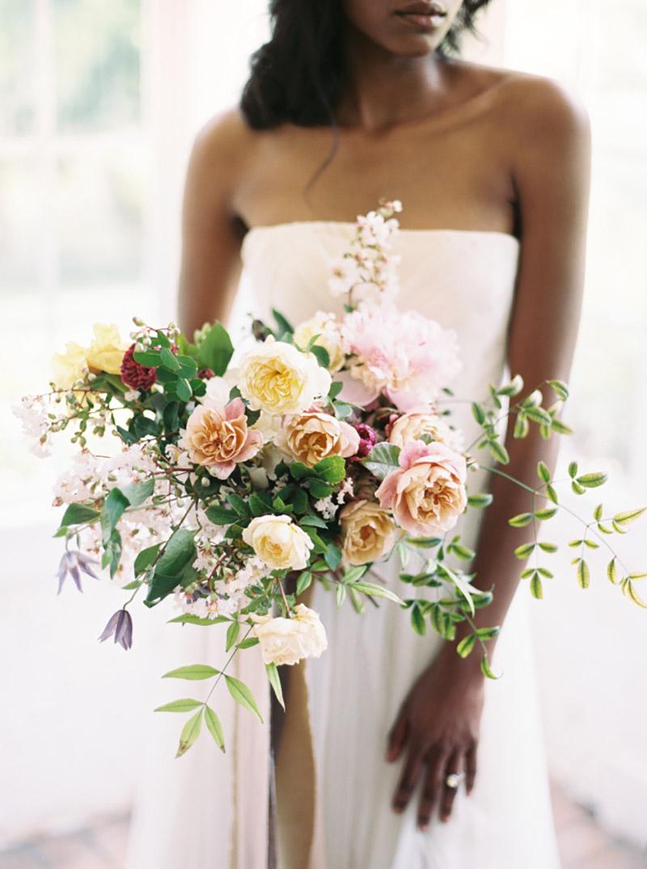buquê de noiva com flores marsala, azul, rosa, branco e creme