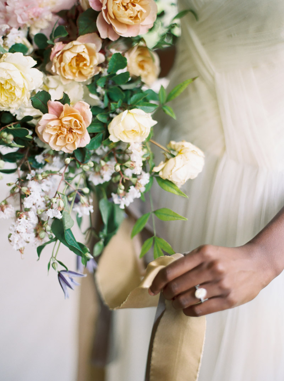 buquê de noiva com flores creme, rosa, branca e azul e folhagens