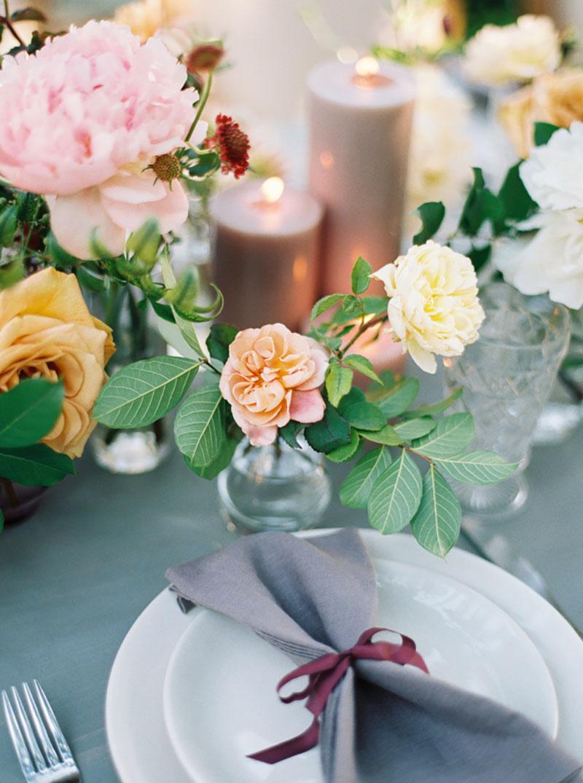 decoração de casamento com flores rosa, creme, marsala e folhagens