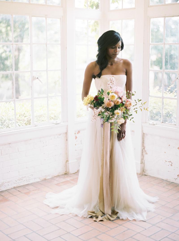buquê de noiva com rosas marsala, creme, branca e marsala