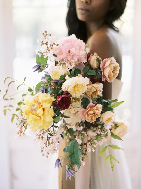 buquê de noiva cascata com flores rosas, creme, azul e marsala