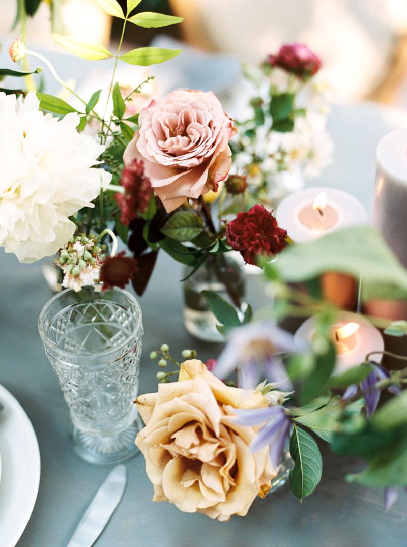 decoração de casamento no campo com flores creme, rosa, marsala e folhagens