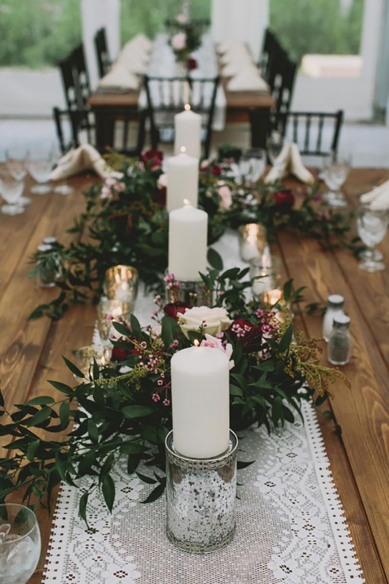 decoração de casamento no Natal com folhagens, velas e marsala