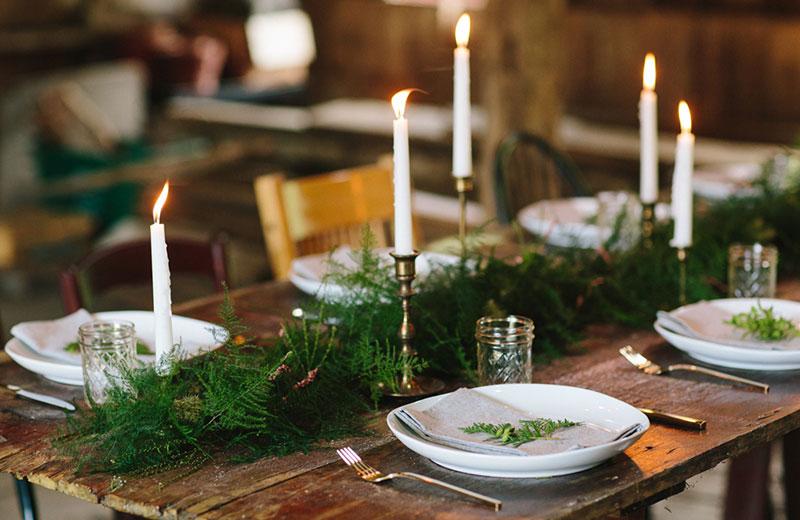 decoração de casamento no Natal branco, verde e velas