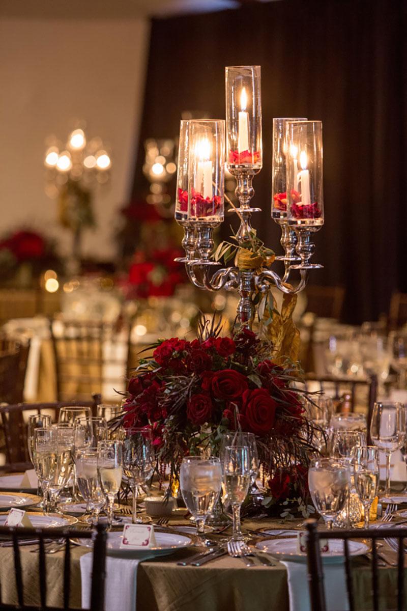 decoração de casamento no Natal em vermelho, verde e com velas