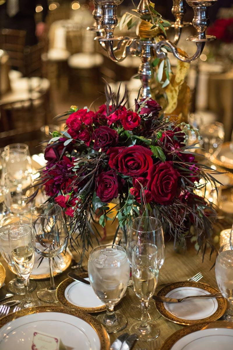 decoração de casamento no Natal com flores em vermelho e verde