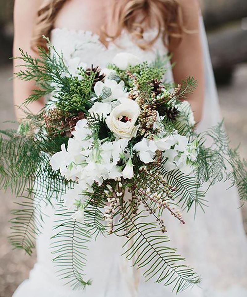 buquê de noiva com flores e folhagens