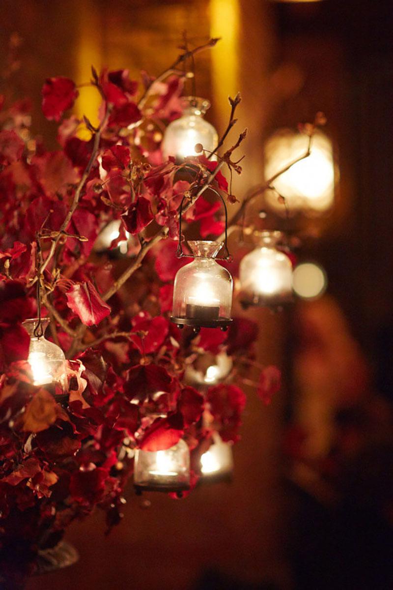 decoração de casamento no Natal com flores vermelhas e velas