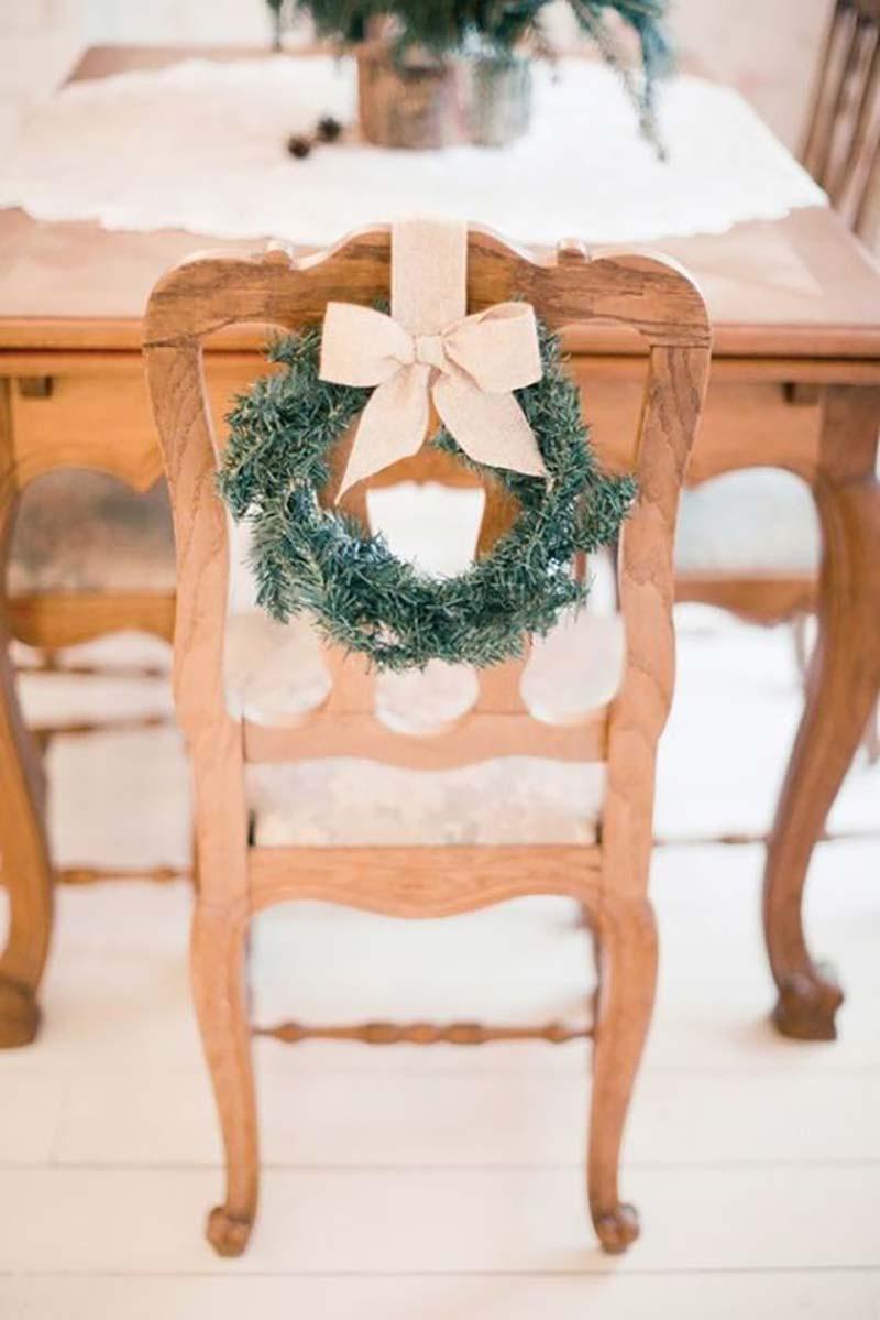guirlanda de Natal na cadeira dos convidados para casamento