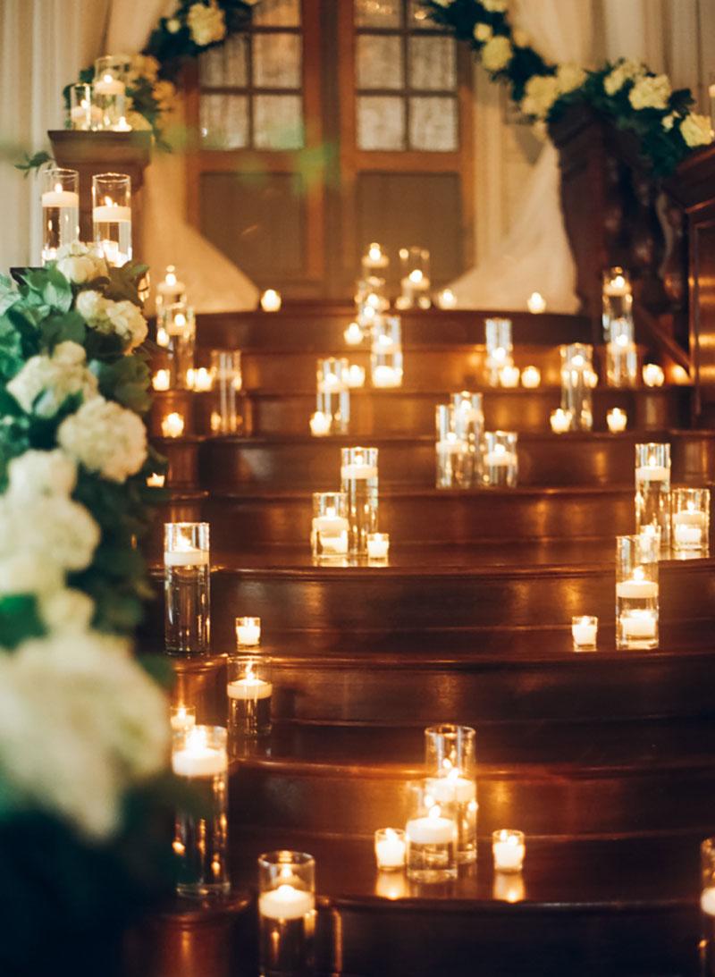 decoração de casamento no Natal com velas na escada