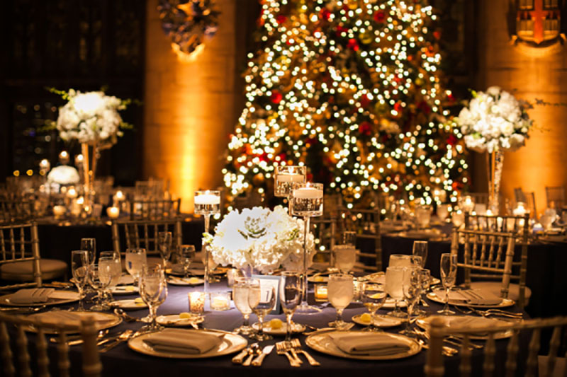 decoração de casamento com itens de Natal branco e luzes