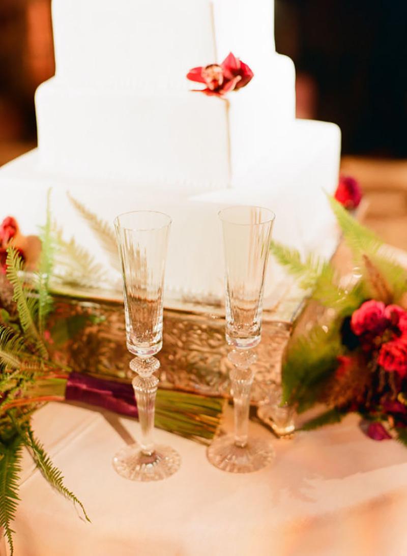 bolo de casamento com flores vermelhas em decoração de Natal