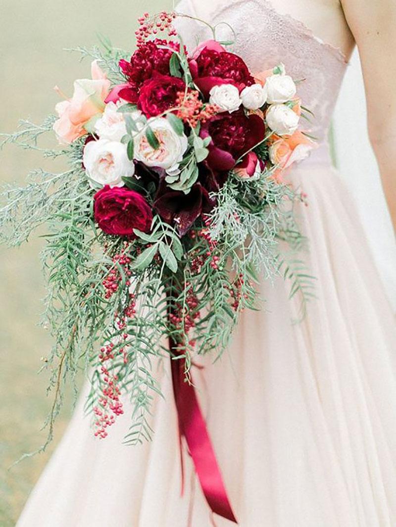 buquê de noiva com flores brancas e vermelhas com tema de Natal