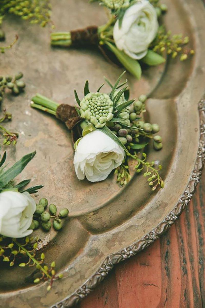 lapela do noivo e padrinhos com a cor greenery