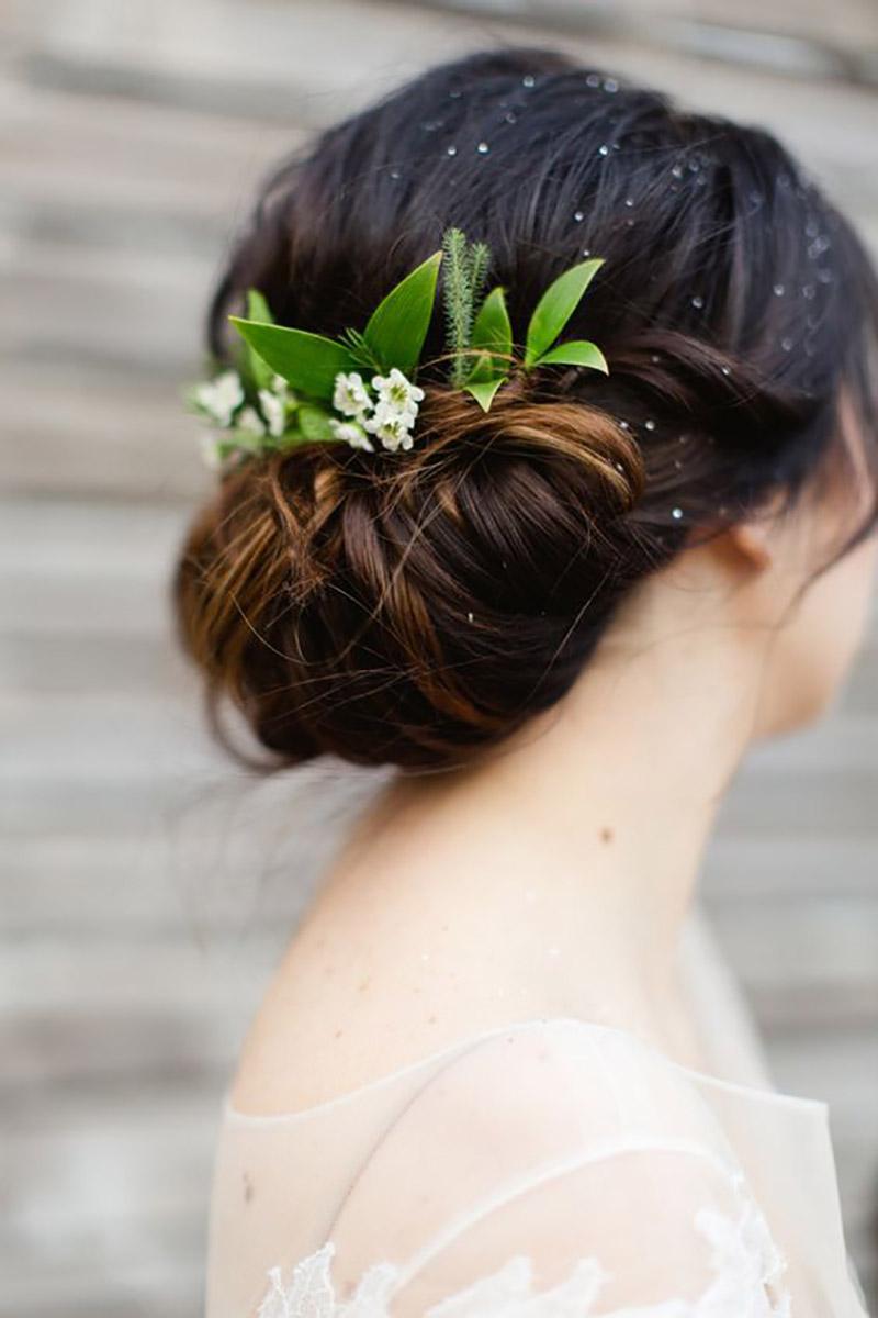 arranjo de cabeça da noiva com folhagens greenery