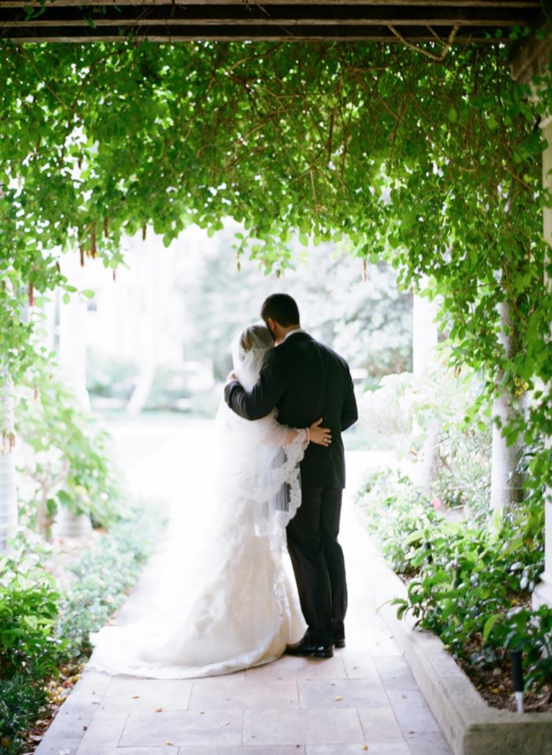 decoração de casamento ao ar livre com folhagens greenery