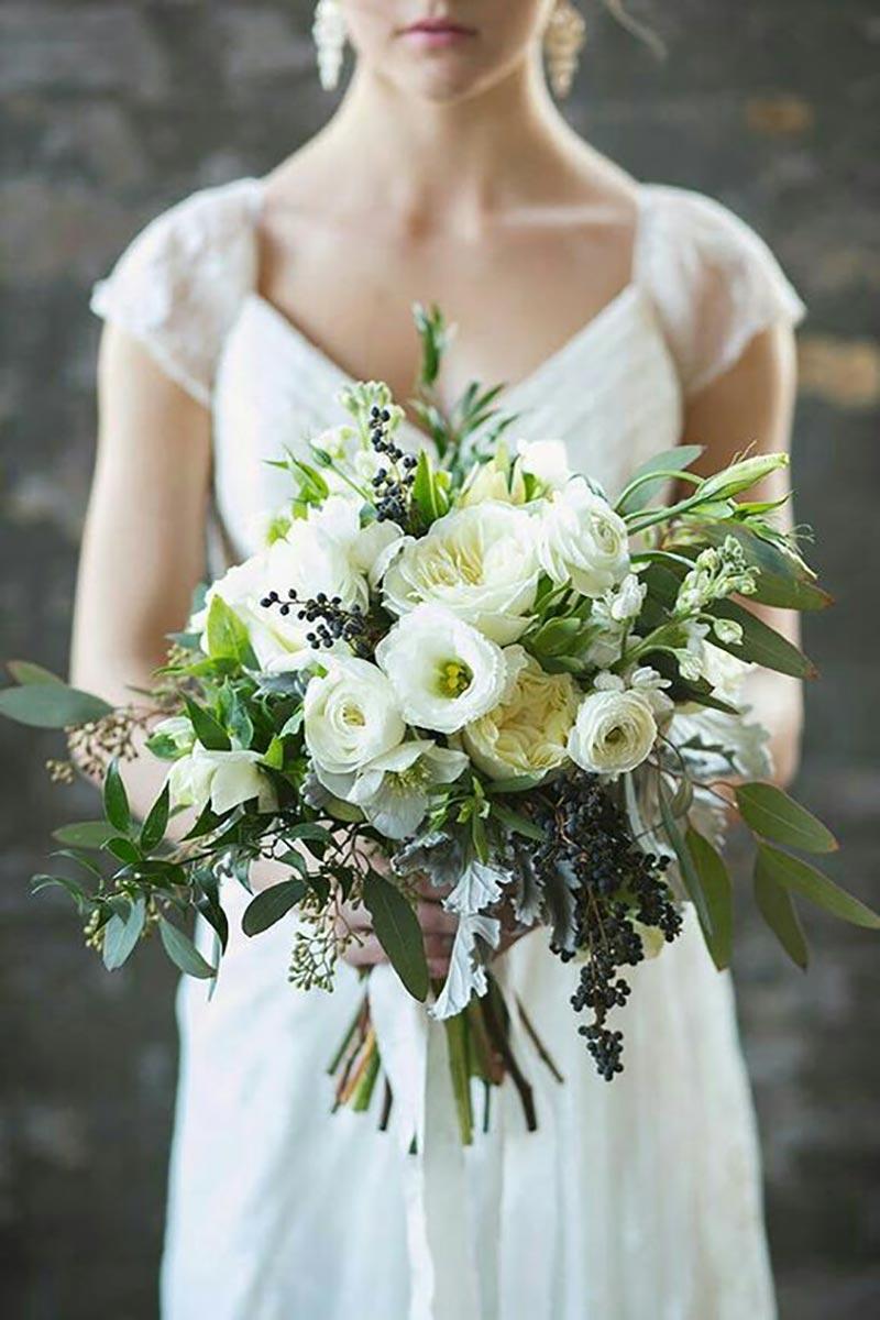 buquê da noiva com a cor greenery e flores brancas