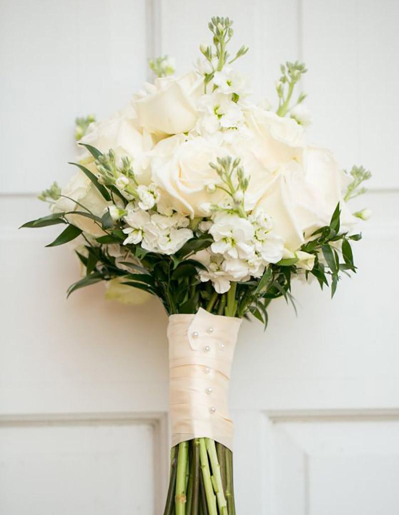buquê da noiva com a cor greenery e branco