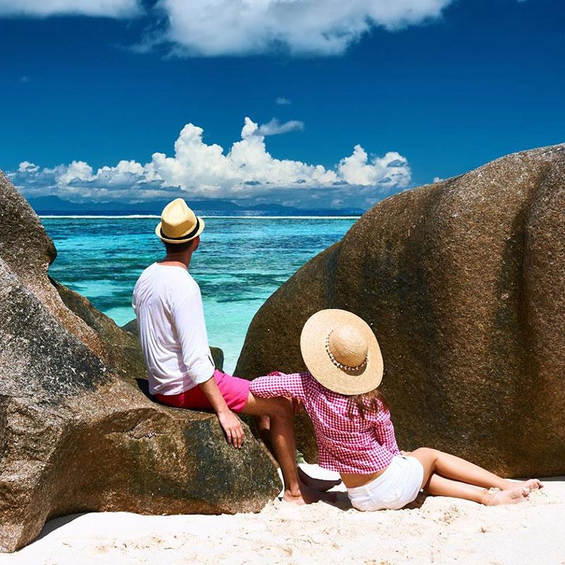 casal na praia nas ilhas seychelles TM Travel