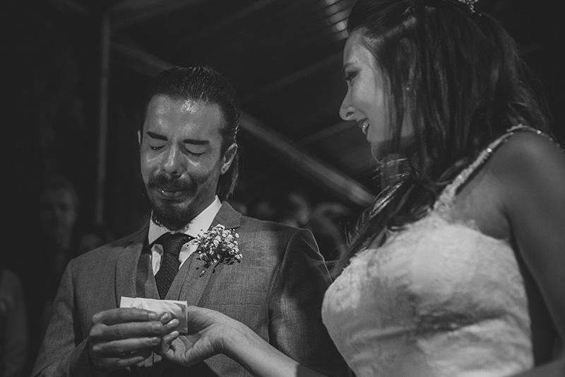 emoção dos noivos nos votos do casamento